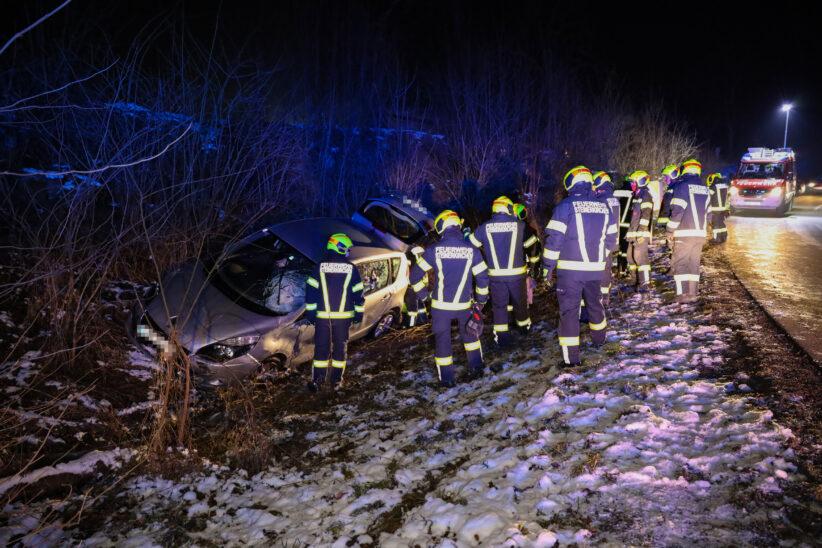 Alkolenker bei Unfall in Steinerkirchen an der Traun mit Auto in Böschung gelandet