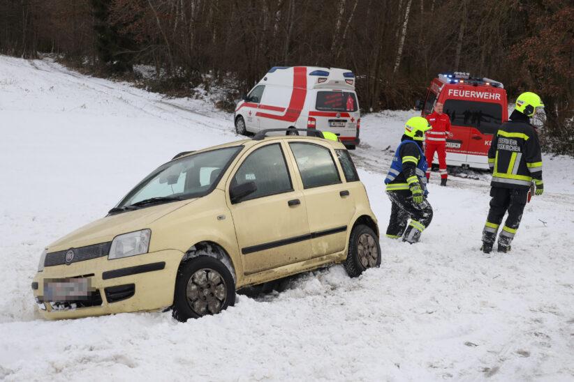 Schneeverwehung: PKW-Lenkerin bei Weißkirchen an der Traun mit Auto im Straßengraben gelandet