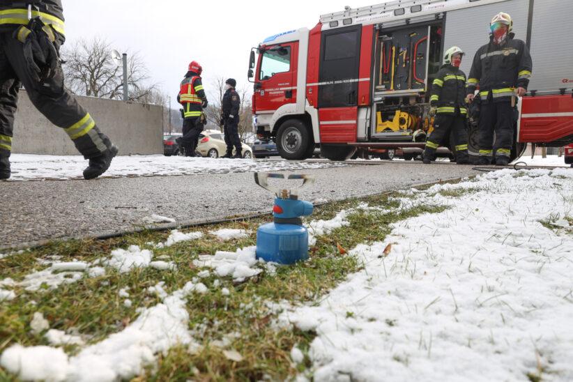 Längere Ursachenforschung für Gasgeruch im Keller eines Mehrparteienwohnhauses in Wels-Lichtenegg