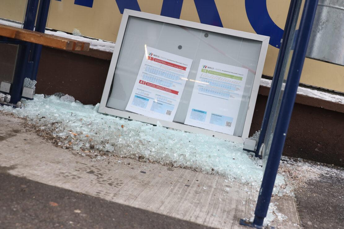 Glasbruch bei Bushaltestelle in Wels-Neustadt sorgt für einen Einsatz der Feuerwehr