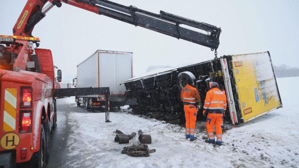 Winterliche Straßenverhältnisse: LKW-Anhänger auf Voralpenstraße bei Sattledt umgestürzt