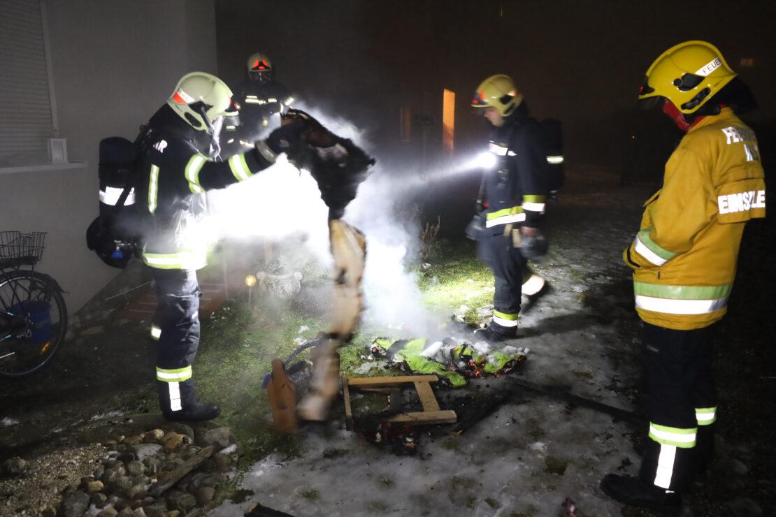 Balkonbrand in einem Mehrparteienwohnhaus in Wels-Neustadt sorgt für nächtlichen Einsatz