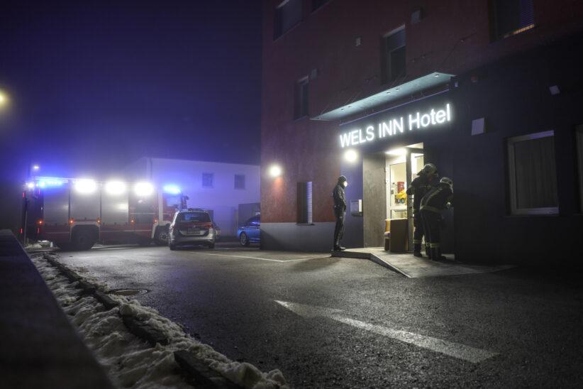 Einsatzkräfte zu vorerst unklarem Alarm bei einem Hotel in Wels-Pernau alarmiert