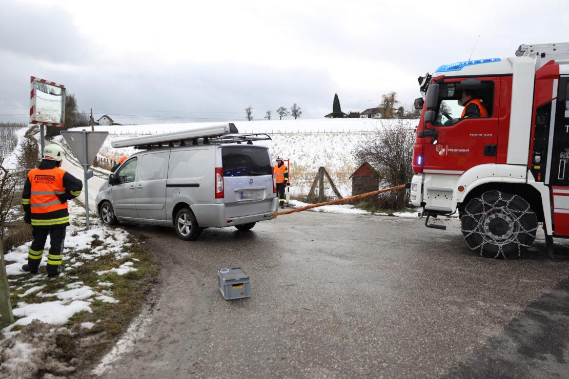 Auto bei Verkehrsunfall in Buchkirchen im Zaun eines Obstgartens gelandet