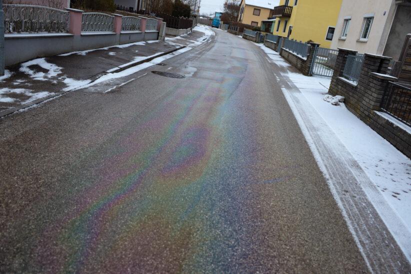 Defekter Schneepflug zog Ölspur durch zahlreiche Straßen in Marchtrenk