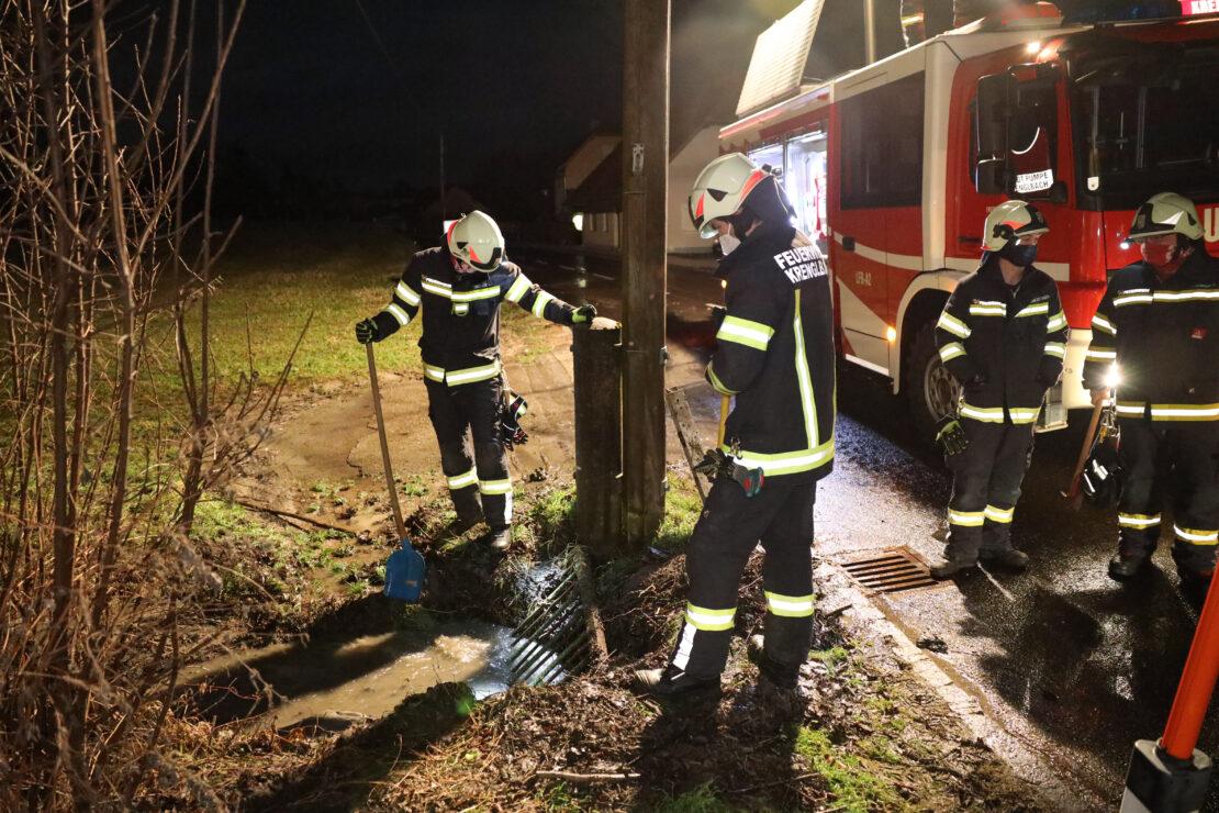 Überflutete Fahrbahn: Feuerwehr nach Tauwetter und starkem Regen in Krenglbach im Einsatz