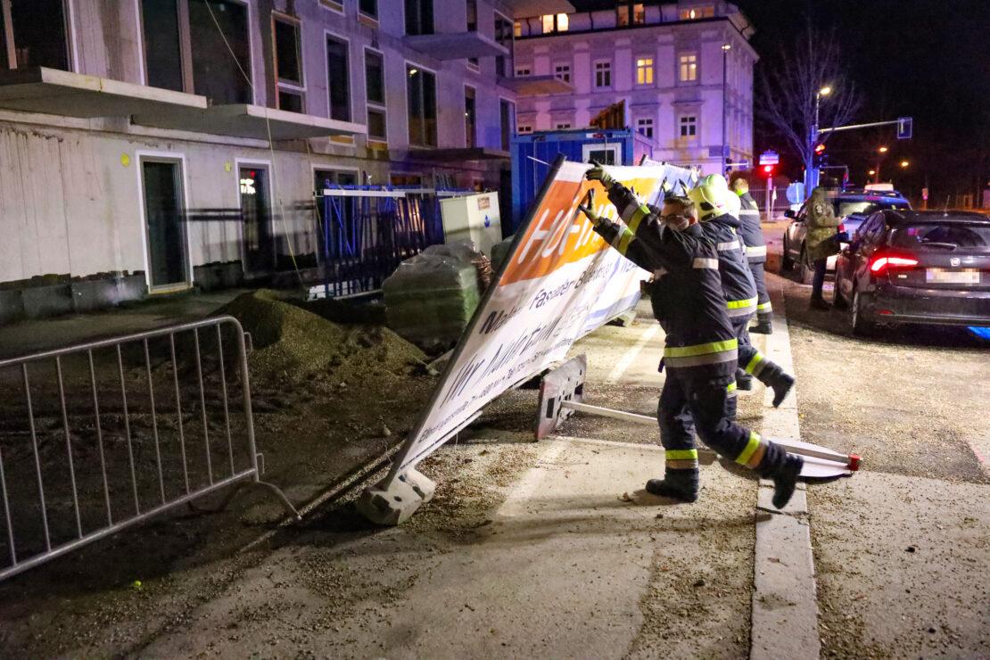 Sturmböen wehten Bauzaun in Wels-Innenstadt um - Feuerwehr sicherte die Baustelle wieder ab
