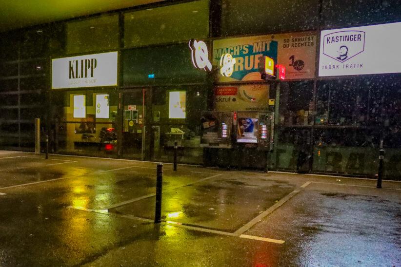 Faustfeuerwaffe: Mann (31) beim Zigarettenkauf in Wels-Vogelweide mit Waffe bedroht und beraubt