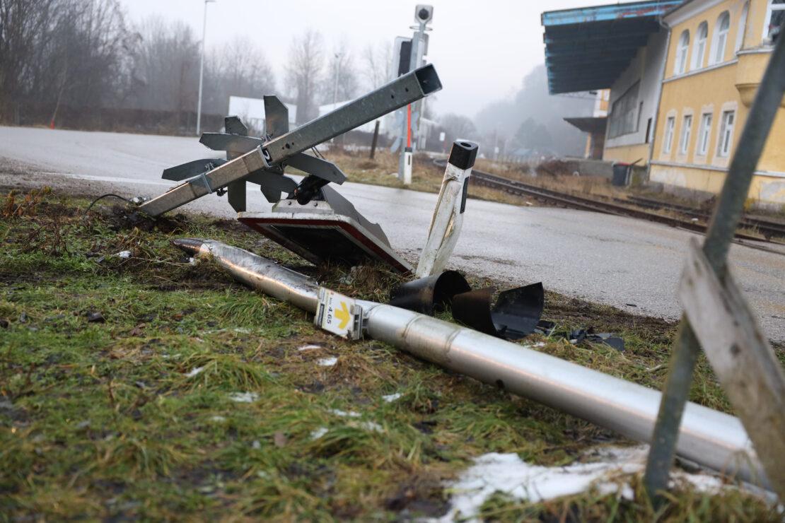 Bahnübergang in Thalheim bei Wels bei LKW-Rangiermanöver ramponiert