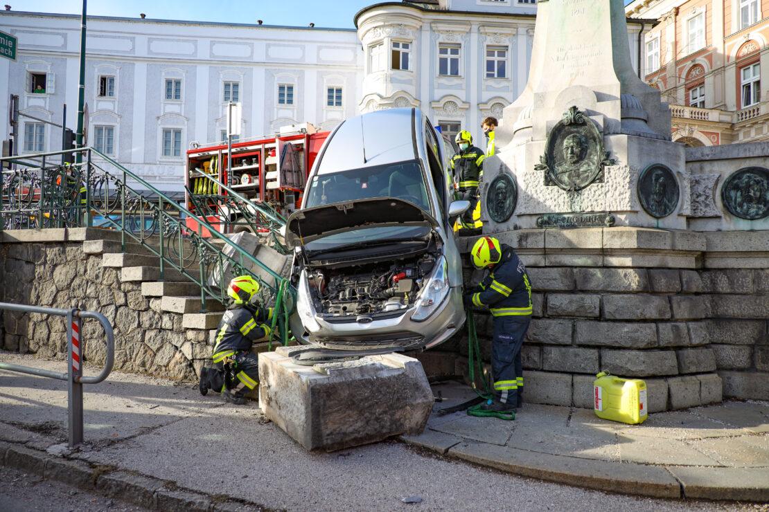 Kurioser Verkehrsunfall: Autolenker durchbricht 120 Jahre altes Denkmal in Lambach