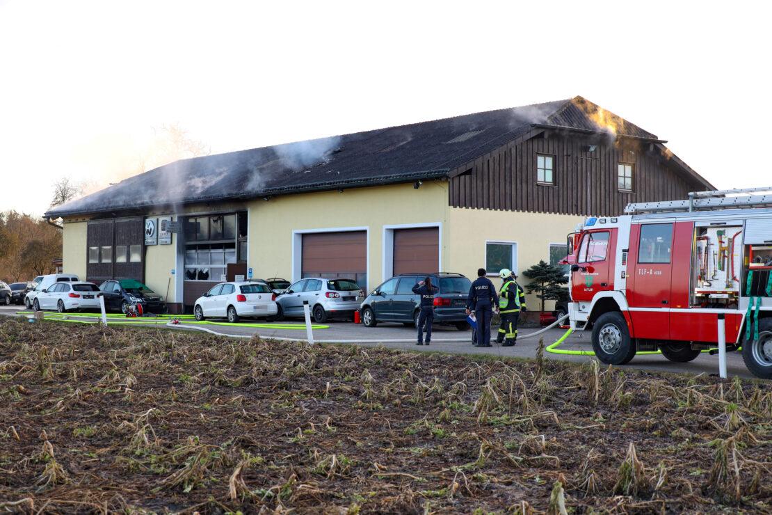 Drei Feuerwehren bei größerem Brand einer KFZ-Werkstätte in Sattledt im Einsatz