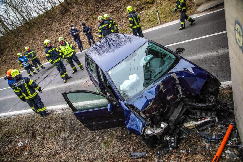 Auto kracht bei Marchtrenk gegen Stützmauer einer Bahnunterführung