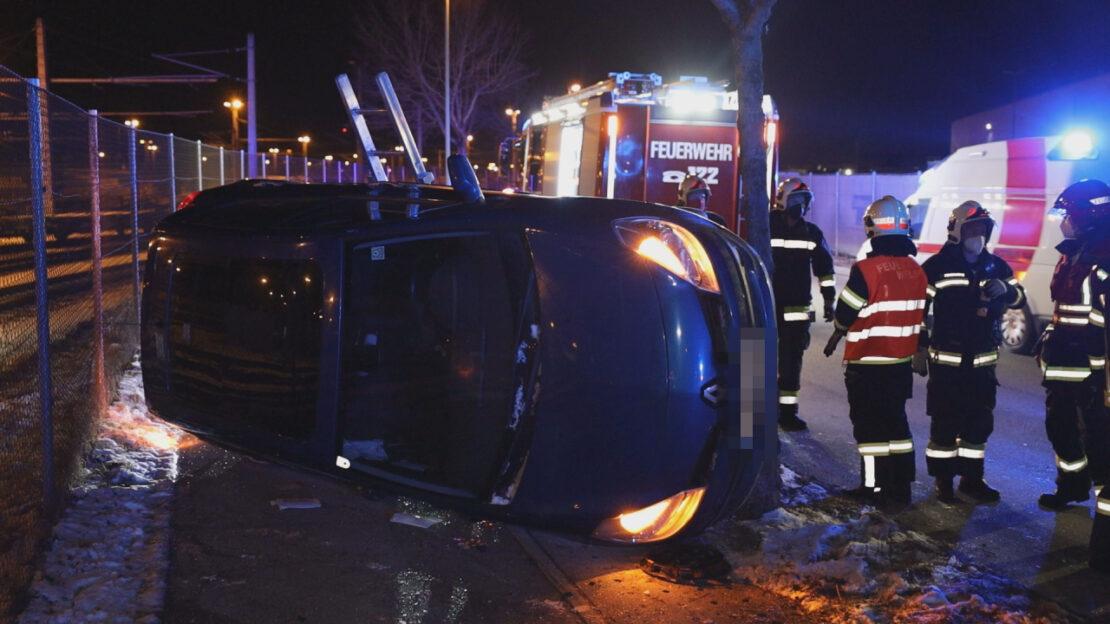 Auto in Seitenlage: Schwerer Verkehrsunfall in Wels-Puchberg endet glimpflich