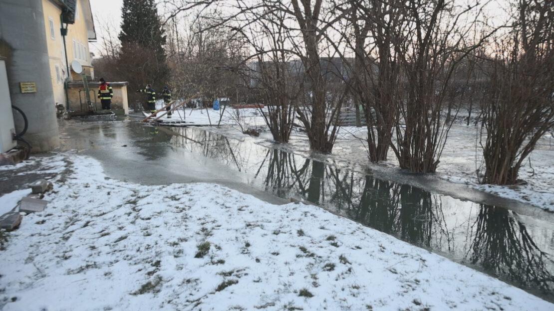 Minus 13 Grad: Eisige Temperaturen sorgten für Einsatz bei Grünbach-Wehr in Wels-Vogelweide