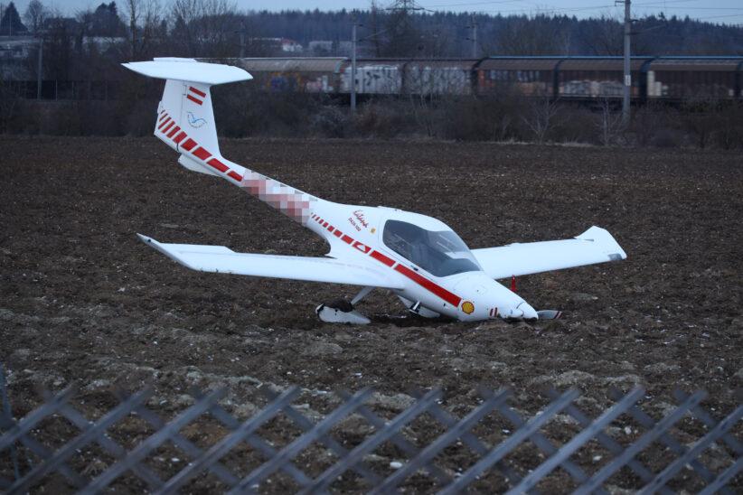 Kleinflugzeug auf Acker in Wels-Vogelweide notgelandet
