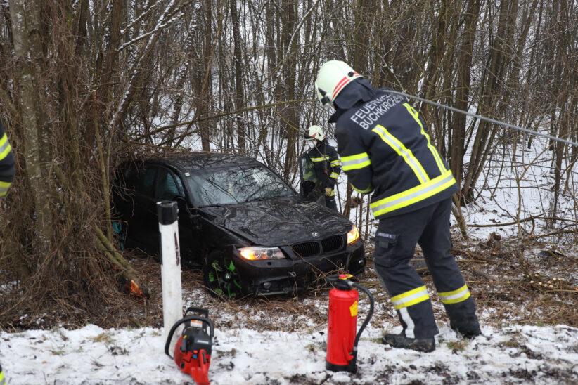 Auto in Buchkirchen bei winterlichen Straßenverhältnissen von Straße abgekommen