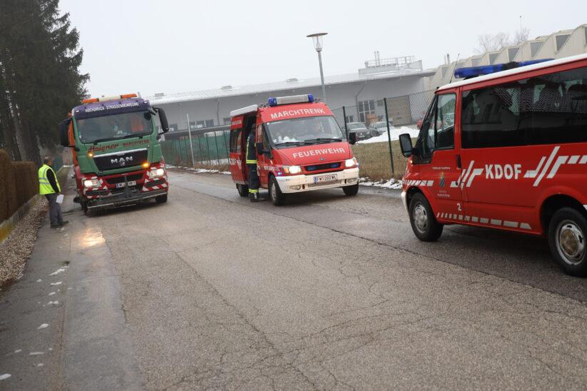 Gemeindefahrzeug zog Ölspur durch mehrere Siedlungsstraßen in Marchtrenk