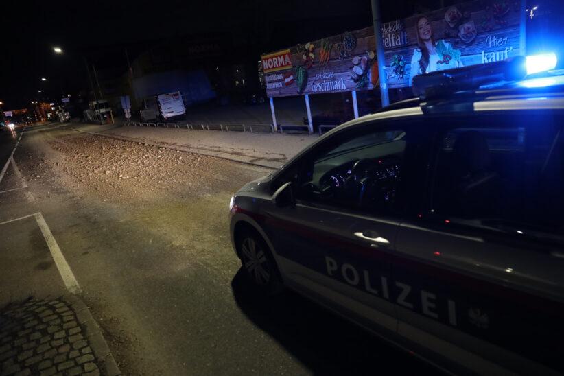 Feuerwehr und Kehrmaschine beseitigten verlorenen Schotter in Wels-Innenstadt