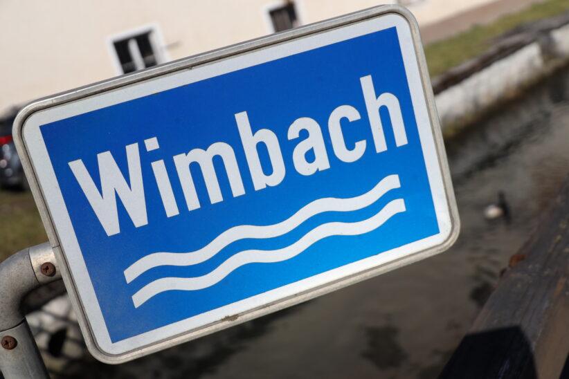 Feuerwehr in Bad Wimsbach-Neydharting nach Gewässerverunreinigung des Wimbachs im Einsatz