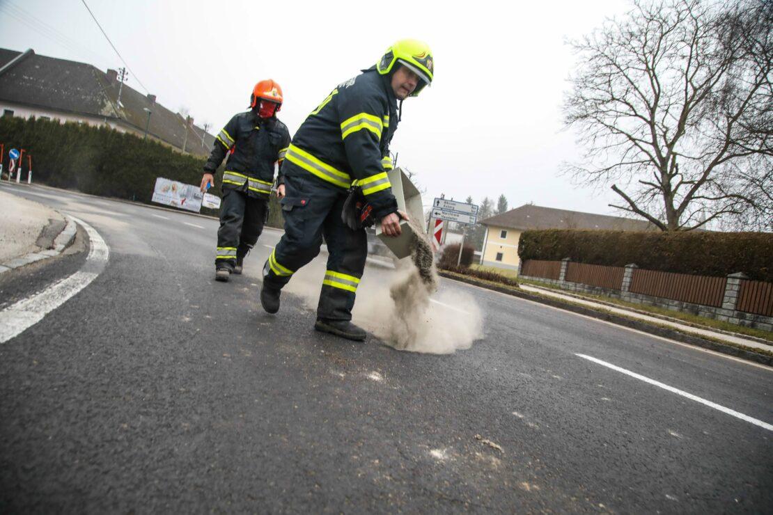 Zwei Feuerwehren bei stellenweise intensiver Ölspur zwischen Marchtrenk und Oftering im Einsatz