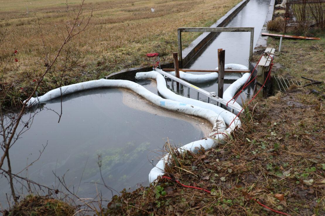 Längerer Einsatz durch Gewässerverunreinigung im Kößlwanger Bach in Bad Wimsbach-Neydharting