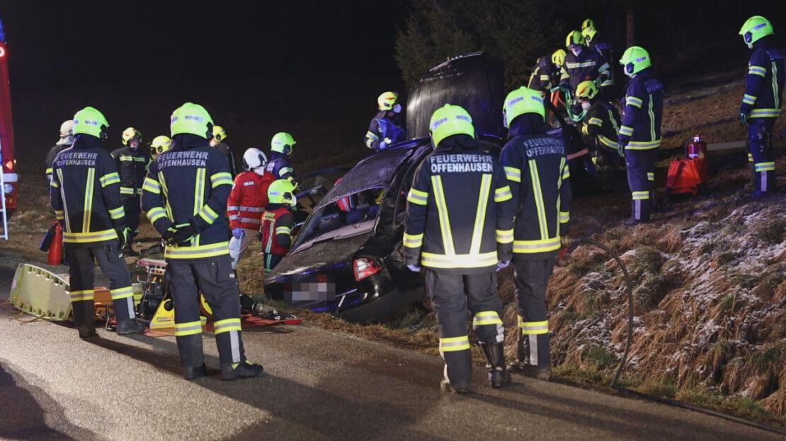 Autolenker nach schwerem Verkehrsunfall in Offenhausen durch Einsatzkräfte aus Unfallwrack befreit