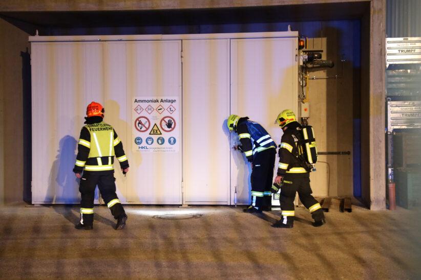 Feuerwehr und Polizei bei Ammoniakalarm in einem Unternehmen in Marchtrenk im Einsatz