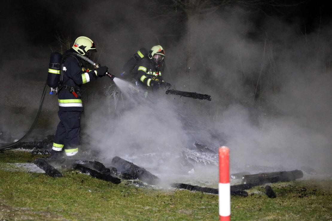 Feuerwehr bei Brand von Holz bei einer Kirche in Wels-Vogelweide im Löscheinsatz