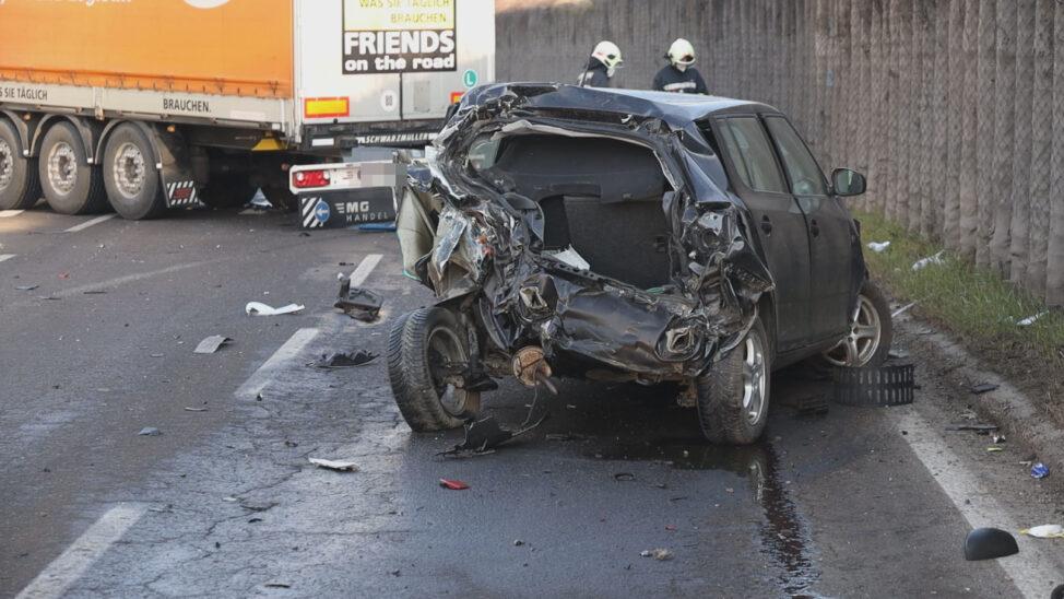 Schwere Kollision zwischen LKW und PKW auf Innviertler Straße in Wels-Pernau fordert zwei Verletzte