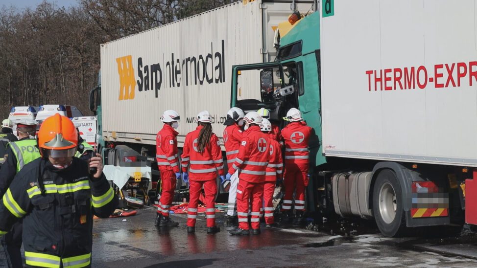 Schwerst eingeklemmter LKW-Lenker nach LKW-Kollision auf Welser Autobahn bei Wels
