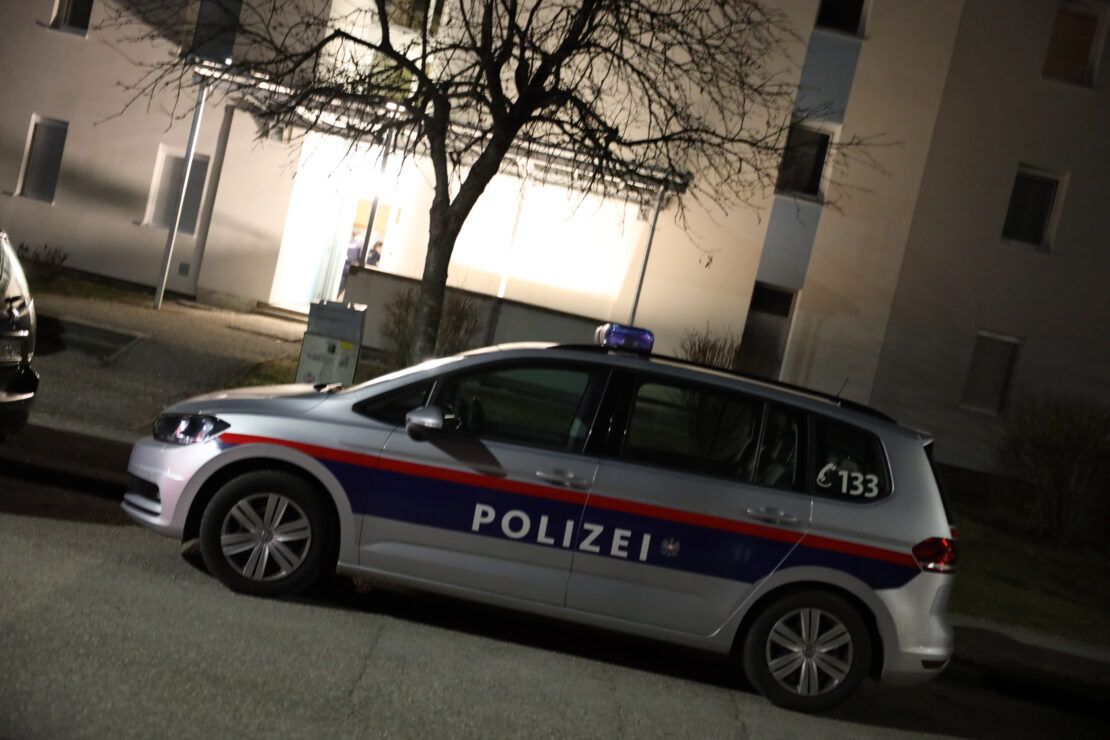 """Seltsamer Geruch"""": Frisch gegossener Boden eines Stiegenhauses in Wels-Lichtenegg führt zu Einsatz"""