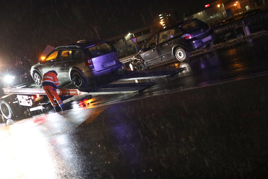Verkehrsunfall zwischen zwei Autos auf Wiener Straße in Marchtrenk