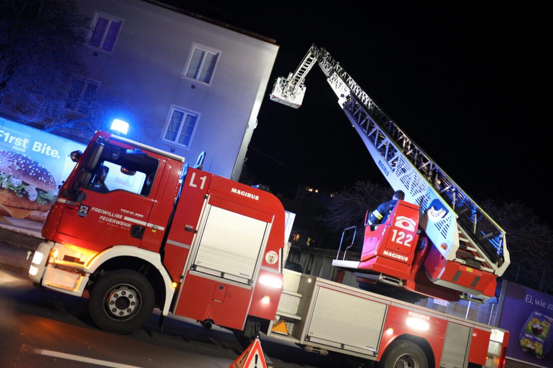 Sendeschluss nach Wind: Feuerwehr sicherte in Wels-Neustadt abzustürzen drohende Satellitenschüssel
