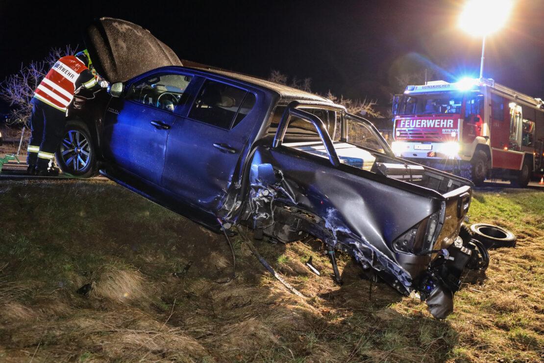 Fünf Verletzte bei heftiger Kollision zwischen Pick-up und PKW auf Wiener Straße bei Gunskirchen