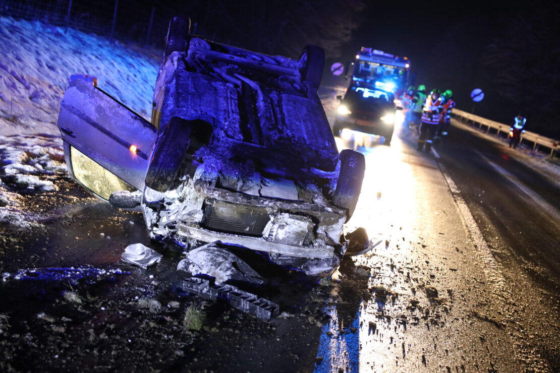Autoüberschlag auf Pyhrnpass Straße in Thalheim bei Wels fordert zwei Verletzte