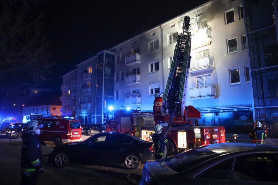 Ausgedehnter Brand einer Küche in einem Mehrparteienwohnhaus in Wels-Vogelweide