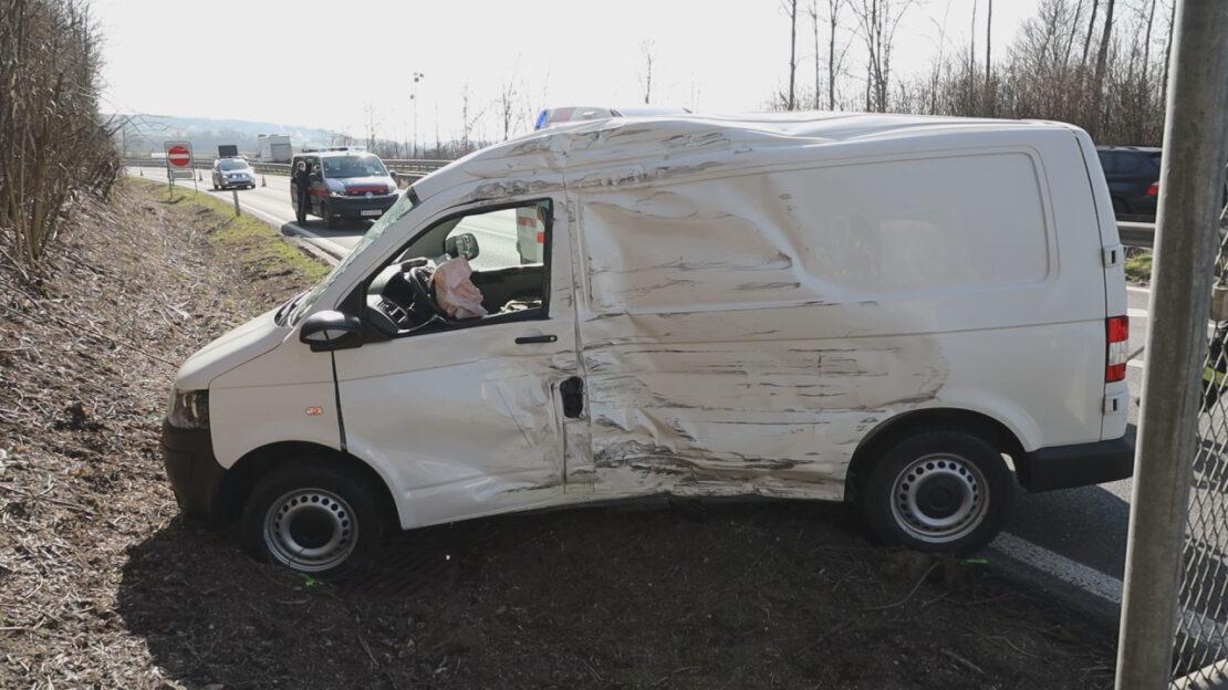 Schwerverletzter bei Crash zwischen LKW und Kleintransporter in Pichl bei Wels