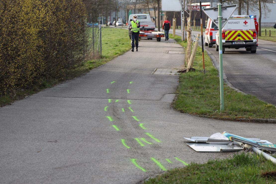 Person nach Verkehrsunfall bei Kreisverkehr in Wels-Lichtenegg notärztlich versorgt