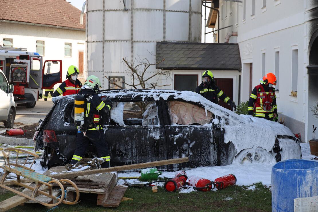 Drei Feuerwehren bei Garagenbrand auf einem Bauernhof in Thalheim bei Wels im Einsatz