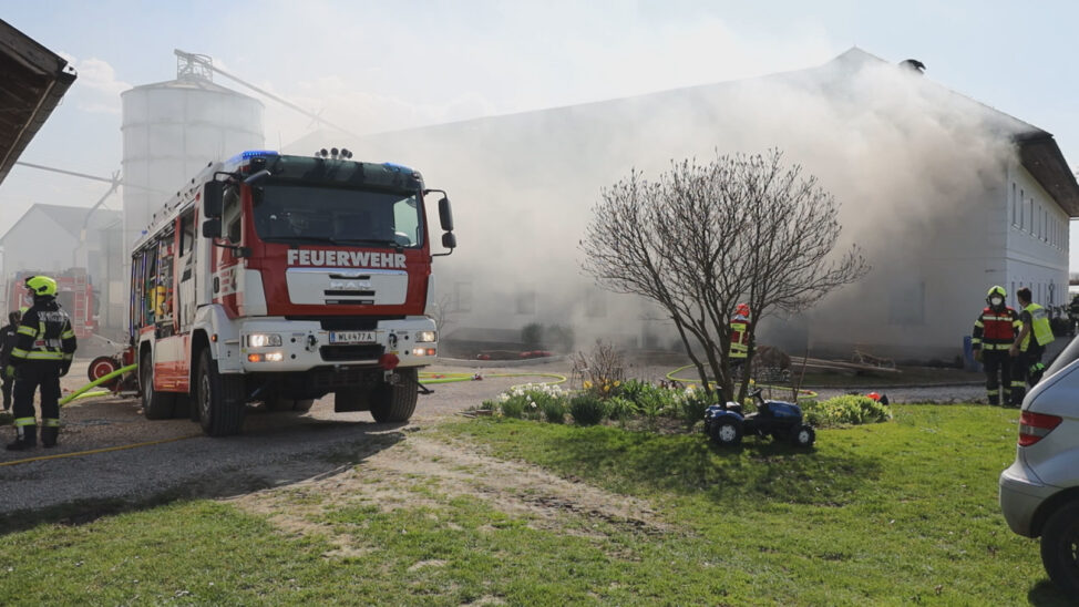 rei Feuerwehren bei Garagenbrand auf einem Bauernhof in Thalheim bei Wels im Einsatz