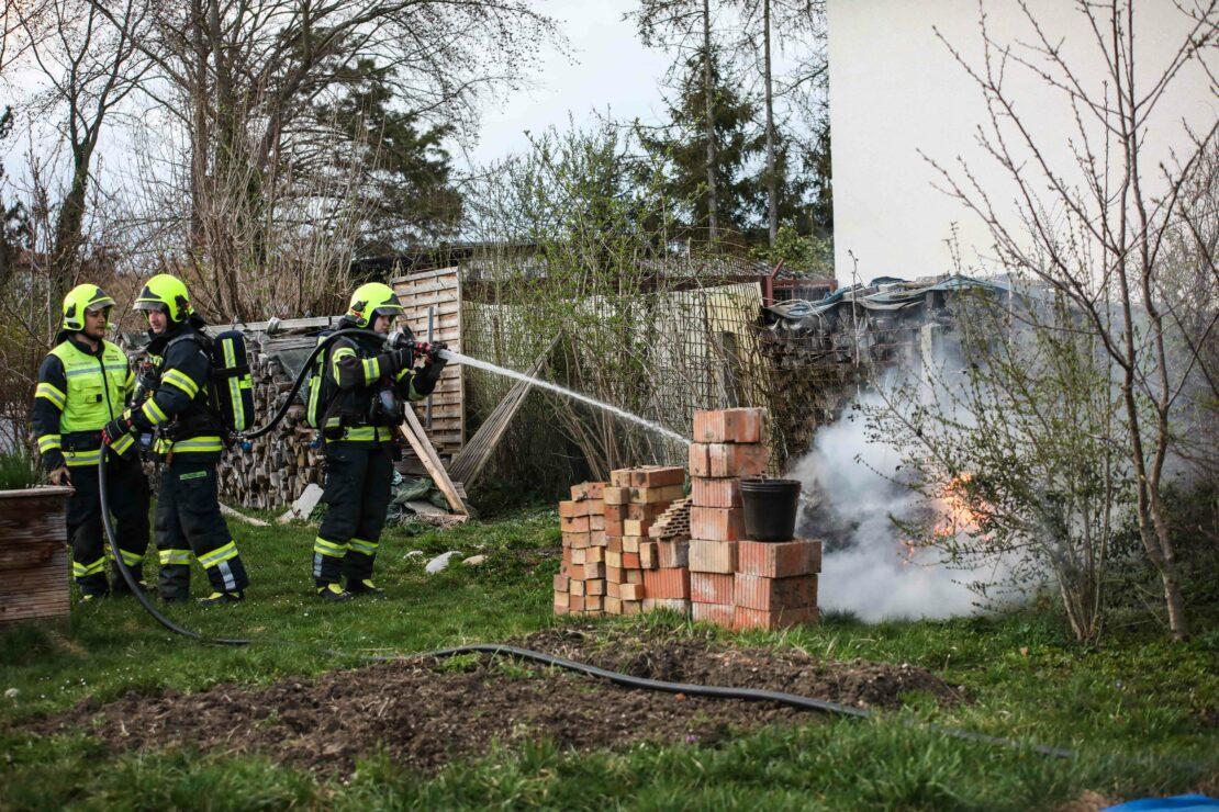 Feuerwehr bei Brand eines Komposthaufens in Marchtrenk im Einsatz