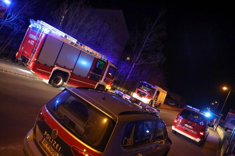 Feuerwehr bei Brandverdacht durch Pelletofen in einer Wohnung in Wels-Vogelweide im Einsatz