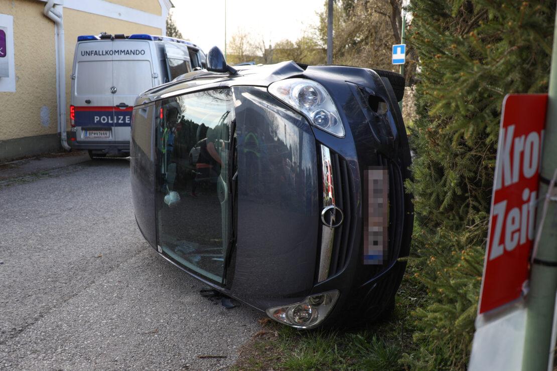 PKW in Seitenlage: Einsatzkräfte zu Menschenrettung nach Verkehrsunfall in Wels-Waidhausen alarmiert