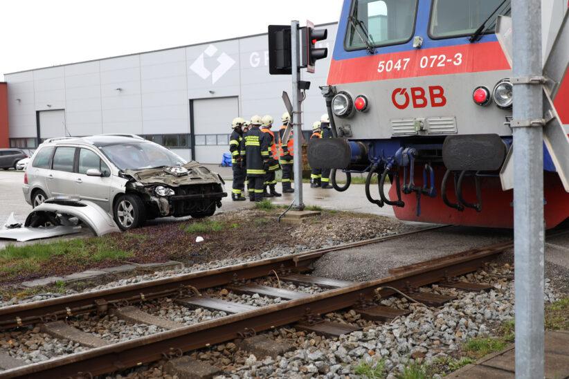 Auto auf Bahnübergang in Steinhaus von Triebwagen der Almtalbahn erfasst