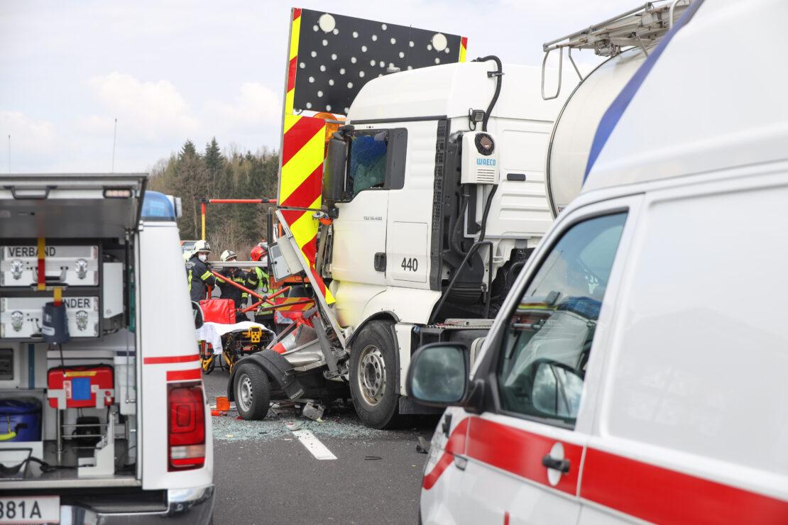 Schwerer Verkehrsunfall: LKW kracht auf Pyhrnautobahn bei Sattledt in Absicherungsfahrzeug