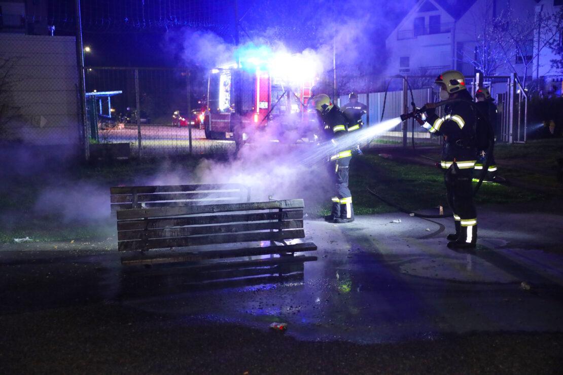 Einsatz bei einem Brand zweier Parkbänke auf einem Spielplatz in Wels-Neustadt