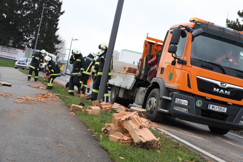 Feuerwehr im Einsatz: Ziegelfertigteilwand auf Voralpenstraße in Sattledt verloren