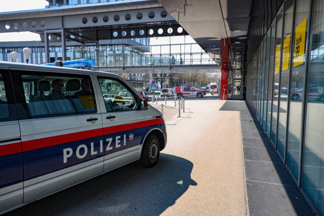 Notarzt, Rettung und Feuerwehr nach Unfall am Welser Hauptbahnhof im Einsatz