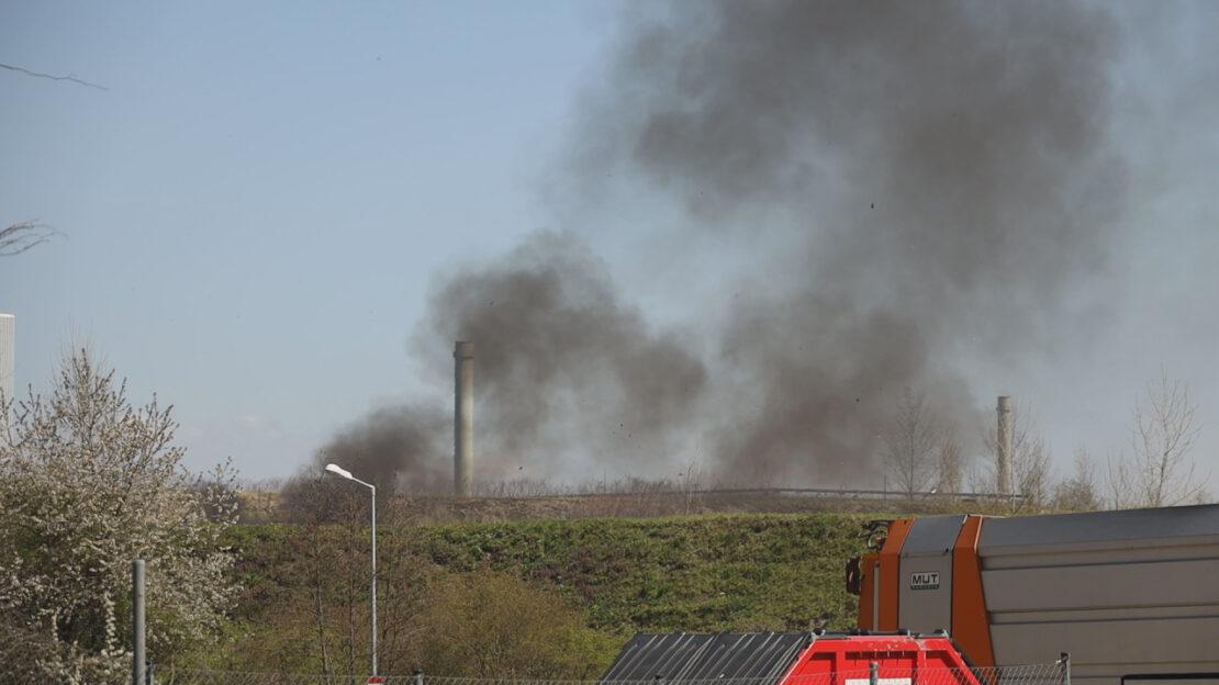 Brand von Abfall bei Entsorgungsunternehmen in Wels-Schafwiesen sorgt für Einsatz der Feuerwehr
