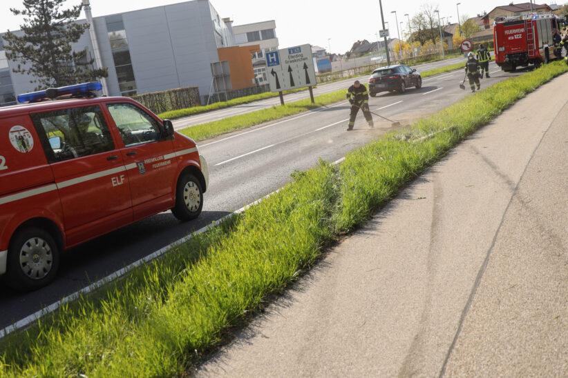 Aufräumarbeiten durch Feuerwehr nach Verkehrsunfall auf Innviertler Straße in Wels-Neustadt